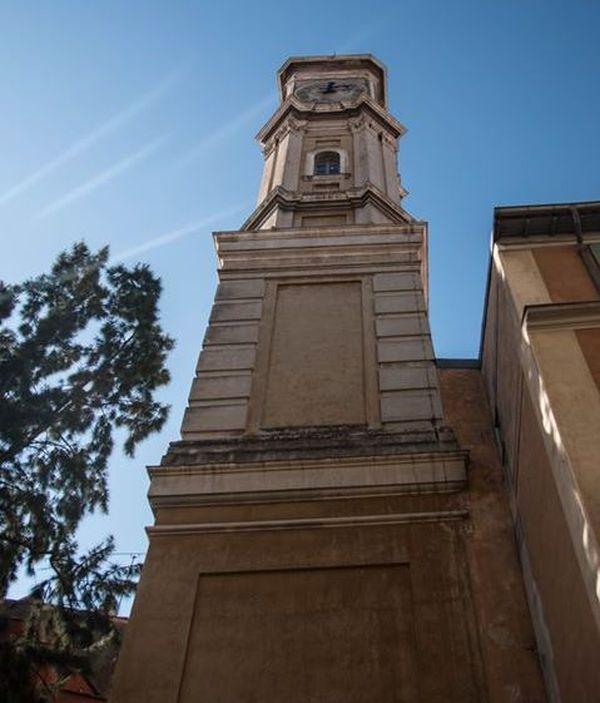 Elle offre un panorama exceptionnel sur la Ville de Nice.