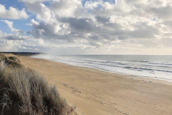 A l'image de la plage de Surtainville, en dépit de nuages parfois nombreux les côtes occidentales de la Manche bénéficieront tout de même  d'éclaircies qui leur permettront de rester à l'écart de la pluie.