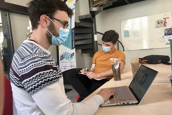 Avant de voir plus gros, les deux jeunes entrepreneurs profitent des installations de l'incubateur pour faire avancer leur projet pour un coût de 150€ par mois.