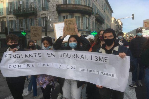 Des étudiants en journalisme ont aussi manifesté contre un article de la loi qui restreint la liberté d'informer.