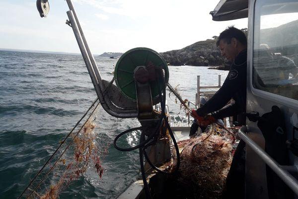 Le filet fantôme récupéré par les agents du parc naturel marin d'Iroise, au large de Douarnenez