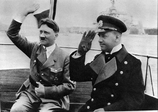 Adolf Hitler et le grand-amiral Erich Raeder passant en revue la flotte allemande (photo non datée)
