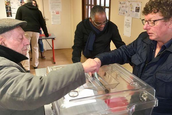 Le bureau de vote de Louhans (Saône-et-Loire) ce dimanche matin 22 janvier
