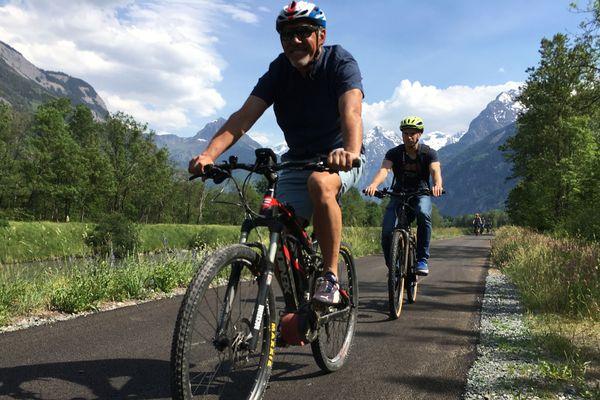 La Voie Verte Oisans offre 23 km de piste cyclable sécurisée entre Allemont et Vénosc en passant par le Bourg-d'Oisans.