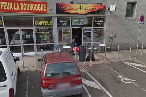 """Une quarantaine de clients étaient présents dans le salon de thé """"Le Mascara"""" au moment des tirs. Aucun d'entre-eux n'a été blessé."""
