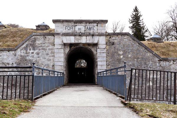 L'entrée du fort de Tamié, en Savoie, le 30 mars 2018, où Jean-Christophe Morin et Ahmed Hamadou ont disparu à un an d'intervalle lors d'un festival de musique électro.