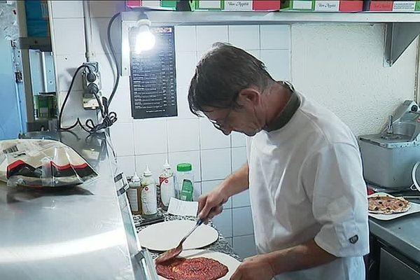 Patrick Coudert, restaurateur à Gruissan dans l'Aude, risque de payer une amende très salée à l'Urssaf pour avoir déjeuné dans son établissement.
