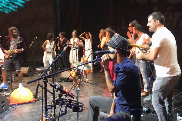 Moonlit Moody, Natis, Barbara Weldens Trio, Will Barber, Marianne Aya Omac et Emmanuel Pi Djob réunis sur la scène de l'Agora du Crès en juin 2017.