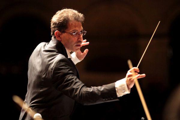 Jean-François Verdier mène une double carrière de chef d'orchestre et de soliste.