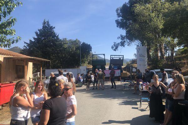 À l'appel de l'intersyndicale, enseignants, étudiants et personnels de l'établissement se sont rassemblés pour protester contre le projet d'une fermeture de classe de bac pro.