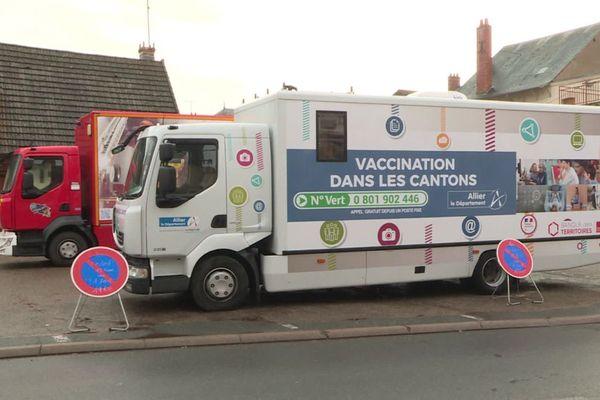 Depuis le jeudi 21 janvier, un bus du Conseil départemental de l'Allier est déployé pour la campagne de vaccination contre le COVID 19.