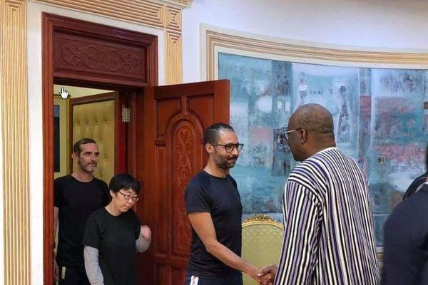 Les ex-otages - Laurent Lassimouillas serrant la main du président Roch Kaboré et Patrick Pique, originaire de Barenton (Manche) le 11 mai 2019