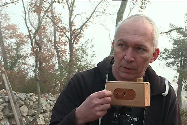 Benoit Capponi avec un de ses appareils photos en bois à sténopé