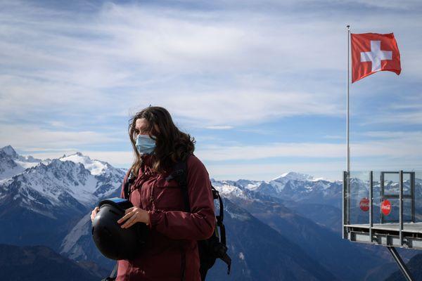 Une skieuse portant un masque chirurgical sur les pistes de la station de Verbier, en Suisse, le 15 novembre 2020.