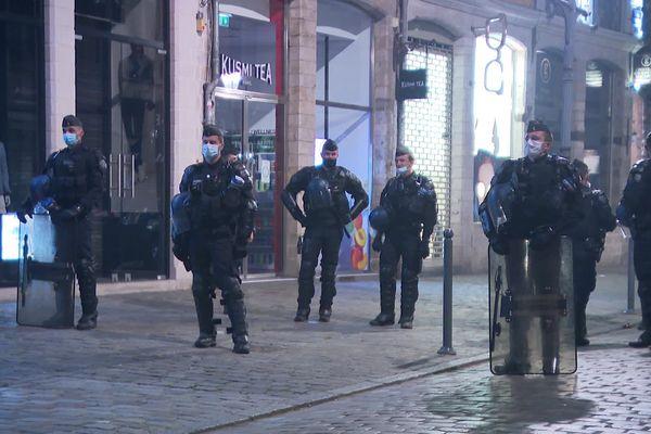 Des policiers sécurisent l'accès à la Grand Place de Lille, dimanche 23 mai après le sacre du LOSC champion de France.