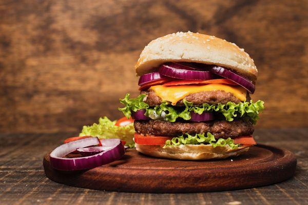 Les élèves vont devoir réaliser une recette de burger gastronomique 100% fait maison et avec un produit bourguignon.