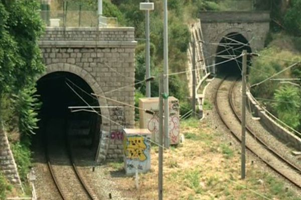 Les nouvelles rames de TER sont trop hautes pour passer en Italie par ces tunnels.