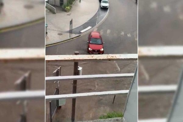 En quelques dizaines de minutes, la pluie a inondé des rues de Craponne-sur-Arzon en Haute-Loire.