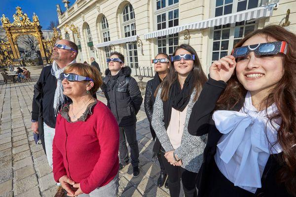 Des lunettes spéciales sont obligatoires pour observer l'éclipse (image d'illustration)