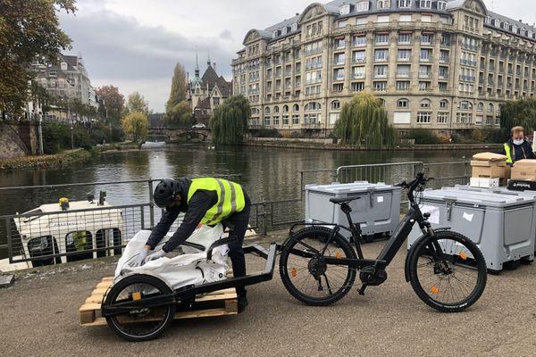 Six tonnes de pavés ont été livrées par voie fluviale et vélo cargo le 12 novembre à Strasbourg.