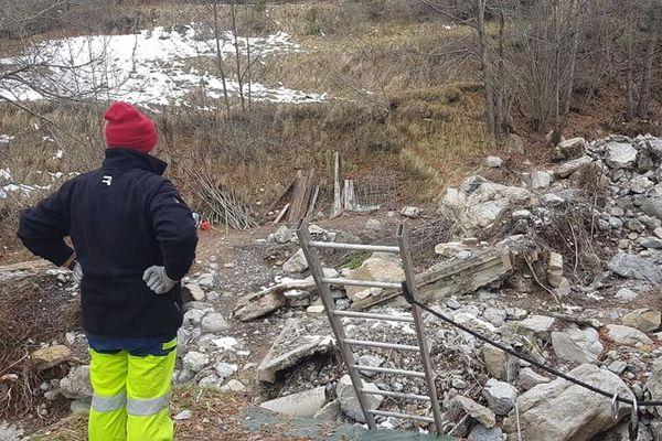 Un défi qui ne fait pas peur à la dizaine de bénévoles : bâtir un pont pour Noêl pour une famille de sinistrés.
