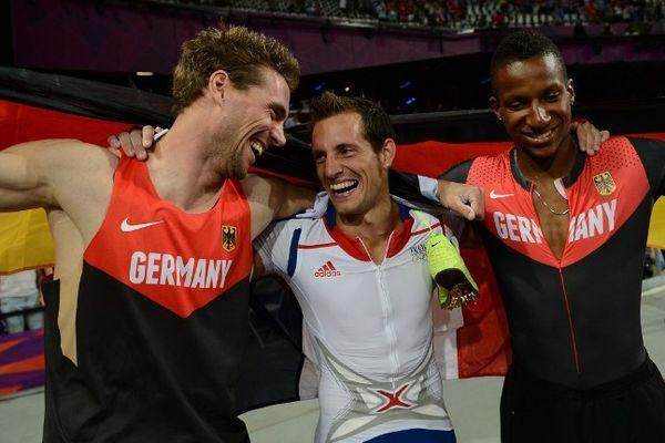 Renaud Lavillenie, entouré de Björn Otto (à gauche) et Raphael Holzdeppe (à droite) à Londres lors des Jeux Olympiques 2012, devra à nouveau se méfier des deux Allemands en finale du concours de saut à la perche aux championnats d'Europe d'athlétisme en salle, dimanche après-midi, à Göteborg (Suède)