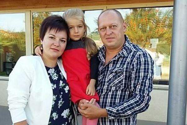 Héléna et Sergeï Okhomouch en Lozère, devant l'école où est scolarisée leur fille Cristina
