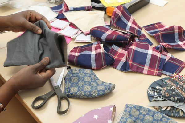 La fabrication de masques, une façon de se sentir utile et de recréer du lien social. Photo d'illustration
