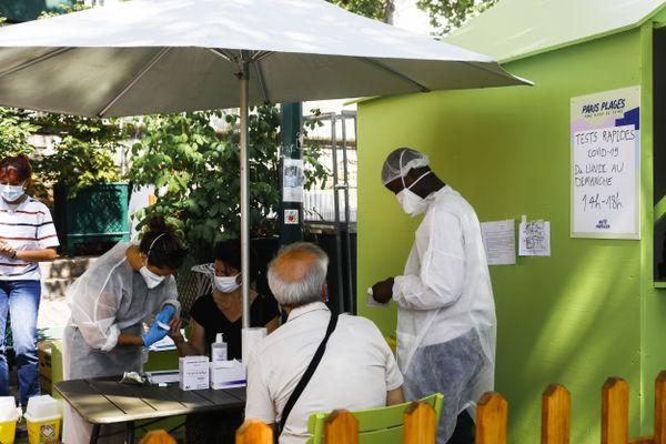 Deux villages santé accueillent ceux qui veulent passer l'un des deux tests de dépistage chaque jour entre 14 heures et 18 heures.