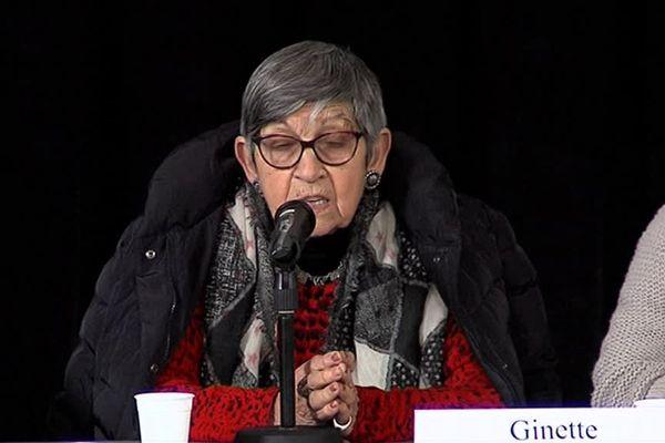 Devant les jeunes, Ginette Kolinka témoigne sur la vie au camp d'Auschwitz-Birkenau où elle fut déportée en 1944 à 19 ans.