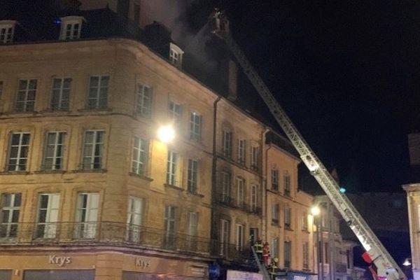 L'incendie s'est déclaré en pleine nuit dans un immeuble de la place d'Armes à Sedan dans les Ardennes