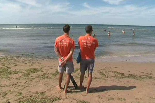 Les sauveteurs surveillent la baignade sur la plage du Veillon à Talmont-Saint-Hilaire (Vendée)