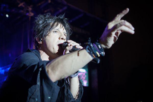 Nicolas Sirkis, du groupe Indochine, sur la scène Glenmor aux festival des Vieilles Charrues