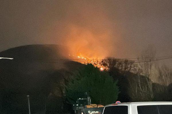 L'incendie était toujours visible depuis Urrugne hier samedi 20/02/21 dans la soirée.