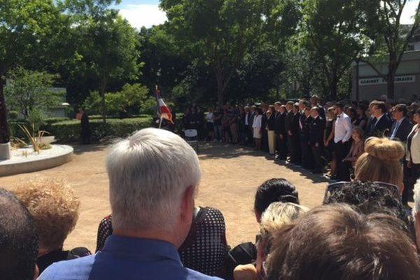 Plusieurs centaines de personnes se sont réunies.