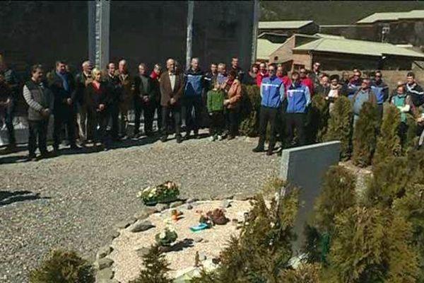 Les habitants du Vernet rassemblés autour de la stèle en mémoire aux victimes du Crash