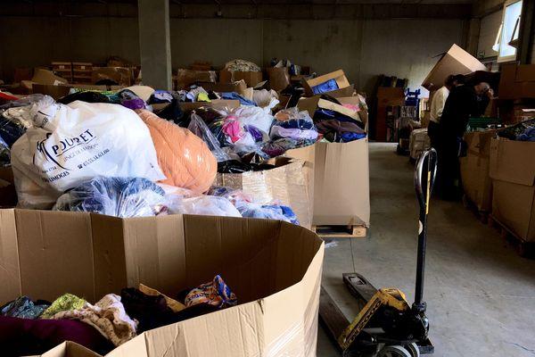 Les locaux du secours populaire regorgent de dons.