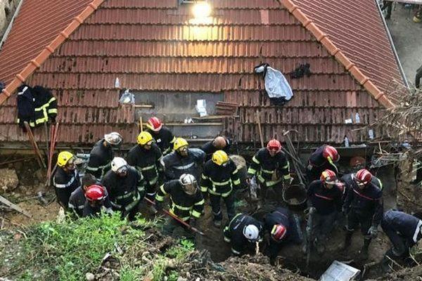 Les pompiers en train de rechercher une personne ensevelie à Nice le 3 novembre 2019.