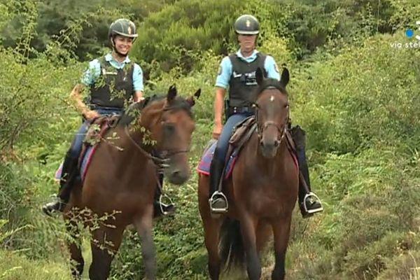 De cavalières de la Garde républicaine en patrouille dans l'Alta Rocca.