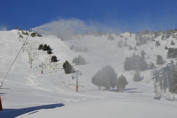 Canons à neige à Font-Romeu, ouvert à, 80 % le 27 décembre 2015.