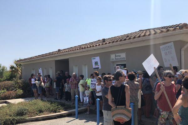 Les manifestants rassemblés protestent contre le projet de CET de Giuncaggio