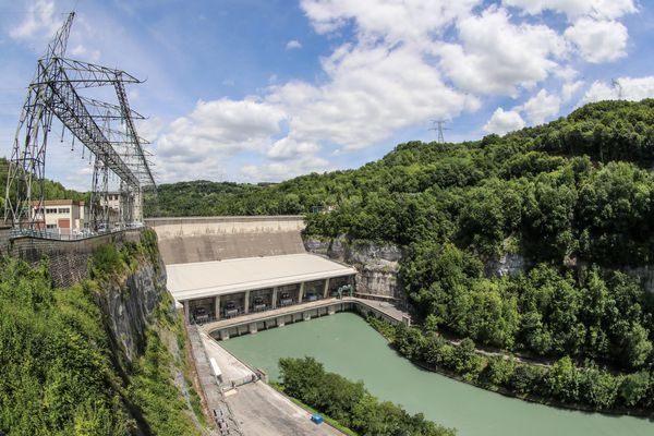 (image d'illustration) Le barrage de Genissiat (Ain) est basé à une hauteur de 104 mètres et il est équipé de 6 turbines de 66Megawatts chacune. En 2020, selon RTE, la production nucléaire a diminué de 10 % compensée en partie par une hausse de la production l'hydraulique (+ 6,8 %) et de la production solaire (+ 6 %).