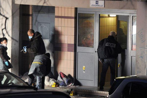 ARCHIVES. Des membres de la police technique et scientifique procèdent aux premières investigations, sur une scène de crime à la cité de la Castellane dans les quartiers Nord de Marseille.