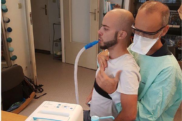 """Jonathan et son kinésithérapeute (Droit réservé). Le jeune Lyonnais a fait appel à """"La Cagnotte des Proches"""" pour financer un appareil lui permettant d'améliorer sa capacité pulmonaire."""