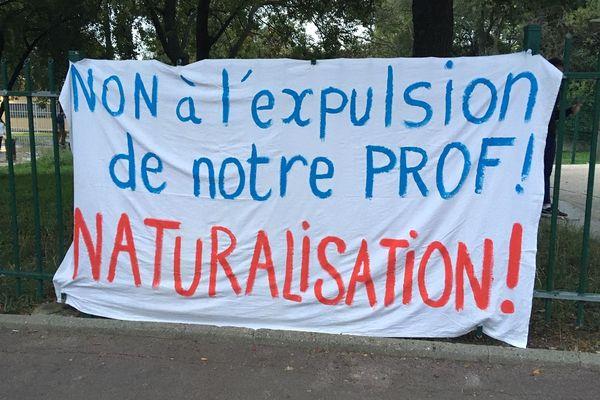 Au collège Gérard Philipe de Montpellier, banderole en faveur de la naturalisation de l'enseignant Moustapha Gueye, menacé d'expulsion
