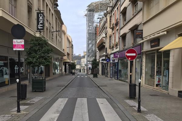 La rue Moyenne de Bourges vidée de ses passants