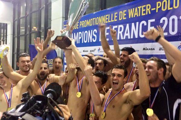 Les nageurs du CNM célèbrent leur victoire sur Montpellier, samedi 16 mai.