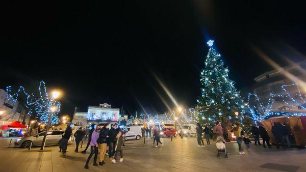 A Saint-Dizier, les habitants découvrent les illuminations de Noël.