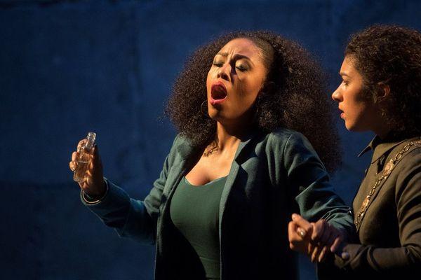 La chanteuse soprano sud-africaine Kelebogile Pearl Besong (à gauche) interprète Didon