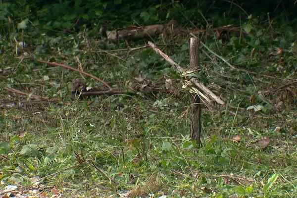 Un jeune cycliste battu à mort à Soyons. Des particuliers ont planté une petite croix en guise d'hommage sur les lieux du drame - 12/10/21